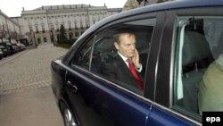 Будущий премьер покидает резиденцию действующего президента. Двум антагонистам придется теперь управлять страной вместе