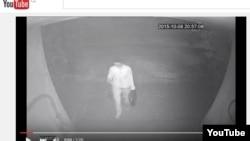 Скриншот кадра из видеозаписи в YouTube о нападении на журналиста Ботагоз Жуманову.