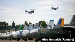 Українсько-американські військові навчання. Конвертоплани США CV-22B Osprey пролітають над аеродромом поблизу Вінниці