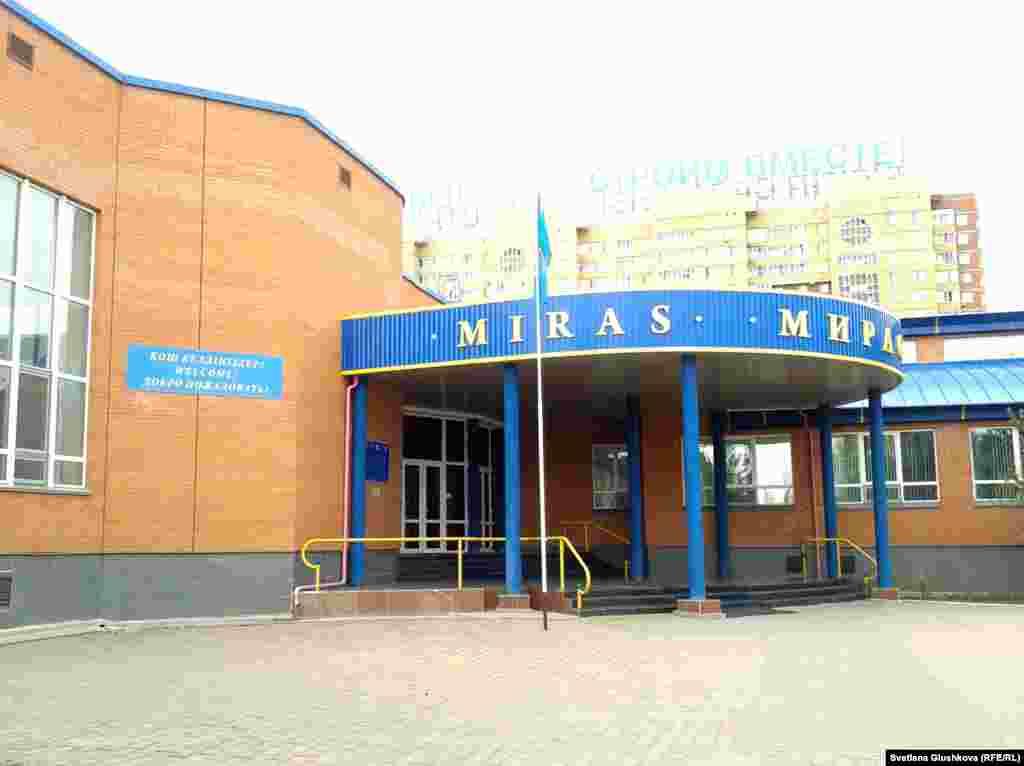 """Здание школы """"Мирас"""", в которой учился Азамат Тажаяков. Астана, 2 мая 2013 года."""