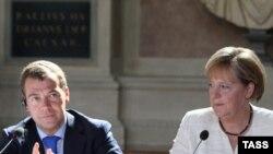 Ангела Меркель и Дмитрий Медведев на встрече в Петербурге в июле 2009 года