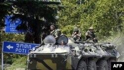 یک خودوری زرهی ارتش روسیه در حال خروج از پایگاه نظامی این کشور در شهر سیناکی گرجستان.(عکس: AFP)