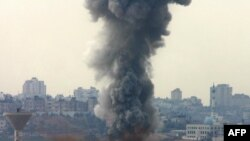 نيروهای اسرائيلی مناطقی در غزه را برای چهارمين روز متوالی بمباران کردند که ۱۲ کشته بر جای گذاشته است. (عکس: AFP)