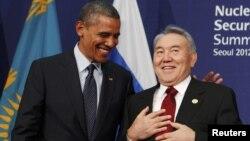 Президент США Барак Обама хлопает по плечу президента Казахстана Нурсултана Назарбаева. Сеул, 27 марта 2012 года.