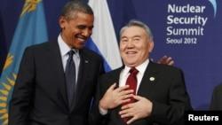 Қазақстан мен АҚШ президенттері Нұрсұлтан Назарбаев (оң жақта) пен Барак Обама ядролық қауіпсіздік саммитінде. Сеул, 27 наурыз 2012.