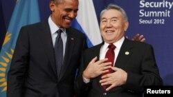 Ядролық қауіпсіздік саммитінде Қазақстан президенті Нұрсұлтан Назарбаев (оң жақта) пен АҚШ президенті Барак Обама сөйлесіп тұр. Оңтүстік Корея, Сеул, 27 наурыз 2012 жыл.