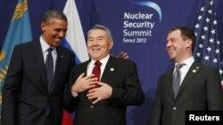 АҚШ президенті Барак Обама, Қазақстан президенті Нұрсұлтан Назарбаев, Ресей президенті Дмитрий Медведев Оңтүстік Кореада өткен ядролық саммитте. Сеул, 27 наурыз 2012 жыл.