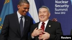 Президент США Барак Обама (слева) и президент Казахстана Нурсултан Назарбаев на саммите по ядерной безопасности в Сеуле. 27 марта 2012 года.