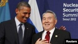АҚШ президенті Барак Обама (сол жақта) мен Қазақстан президенті Нұрсұлтан Назарбаев ядролық қауіпсіздік саммитінде. Оңтүстік Корея, Сеул, 27 наурыз 2012 жыл.