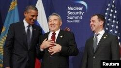 Солдан оңға қарай: АҚШ президенті Барак Обама, Қазақстан президенті Нұрсұлтан Назарбаев және Ресей президенті Дмитрий Медведев Сеулде өткен ядролық қауіпсіздік саммитінде сөйлесіп тұр. Оңтүстік Корея, 27 наурыз 2012 жыл.