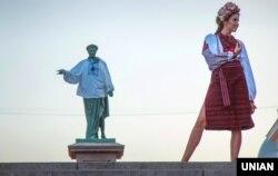Під час показу колекцій сучасних вишиванок українського виробництва. Одеса, 26 серпня 2017 року