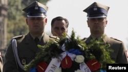 Ромни в Варшаве возлагает венок к могиле Неизвестного солдата, 31 июля 2012 г.
