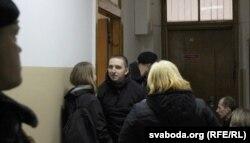 Андрэй Дзенюшкін у будынку суду. Хлопец ізноў атрымаў 5 сутак арышту