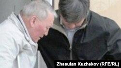 Бұрынғы денсаулық сақтау министрі Жақсылық Досқалиев соттан шығып барады. Астана, 27 мамыр 2011 жыл.