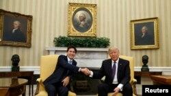 Donald Trump (djathtas) dhe Justin Trudeau gjatë takimit të tyre të mbrëmshëm në Shtëpinë e Bardhë
