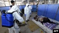 Медики працюють із хворими на еболу в захисному одязі, центр ВООЗ у Ліберії, 3 жовтня 2014 року