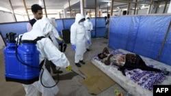 Медицинские сотрудники проводят осмотр пациентов в столице Либерии Монровии