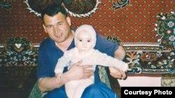 Бывший охранник посольства Великобритании в Ташкенте Каюм Ортиков со своим ребенком.