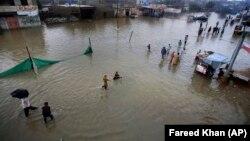 Pakistanyň Karaçi şäherinde tebigy hadysa sebäpli azyndan 20 töweregi adam öldi. 11-nji awgust, 2019 ý.