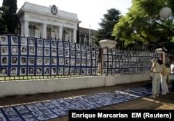 تصاویری شماری از قربانیان جنایت اسما در محوطه بیرونی مدرسه نیروی دریایی آرژانتین در مارس ۲۰۰۴