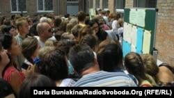 Абітурієнти шукають свої імена у списках вступників до Черкаського медичного коледжу, 1 серпня 2013 року