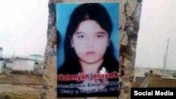 Türkmenistanda 'gözlenýän' Elnara Ismailowanyň sütüne ýelmenen fotosuraty.
