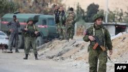 Представники сирійських і російських сил на пропускному пункті Аль-Вафідін на околицях столиці Сирії, Дамаска, 9 березня 2018 року