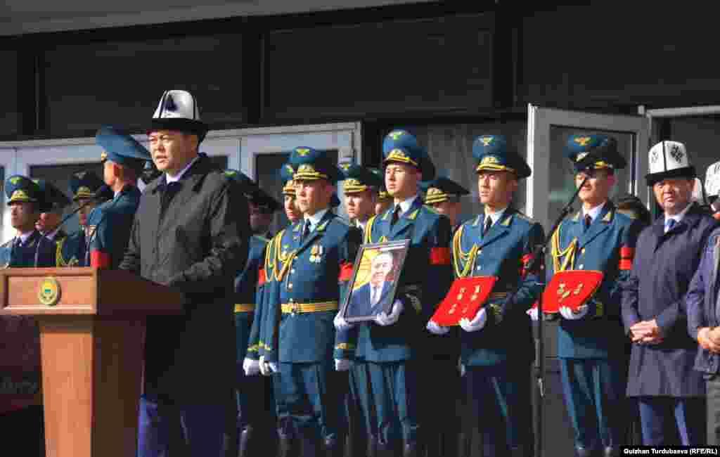Султан Жумагулов родился в 1959 году в Ат-Башинском районе Нарынской области. Закончил Кыргызский национальный университет по специальности «Журналистика».