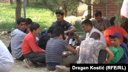 Migranti u parku pored Autobuske stanice u Beogradu