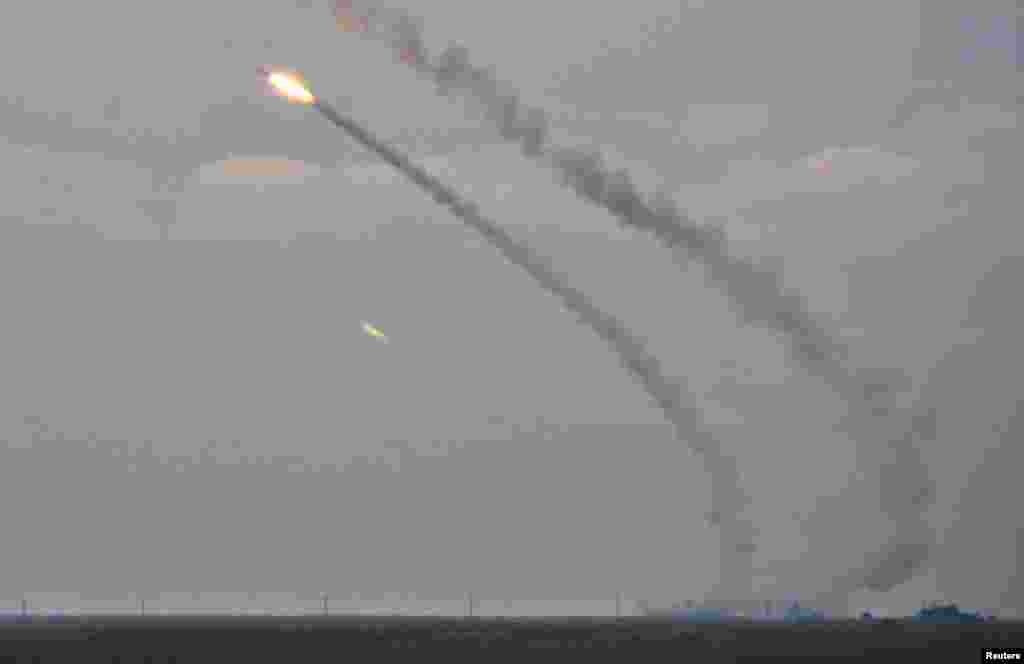 Українські ракетні комплекси запускають ракети середньої дальності під час військових навчань у Херсонській області, що межує з Кримом