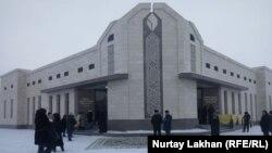 У здания музея памяти жертв политических репрессий. Алматинская область, село Жаналык, 27 декабря 2018 года.