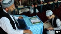 Ислам дининен сабак алып жаткан бала. Ооганстан.