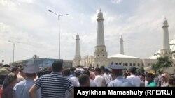 Акция протеста у мечети «Акмешит». Шымкент, 27 июня 2019 года.
