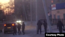 """Досмотр машины. Жанаозен, 19 декабря 2011 года. Фото Елены Костюченко, """"Новая газета""""."""