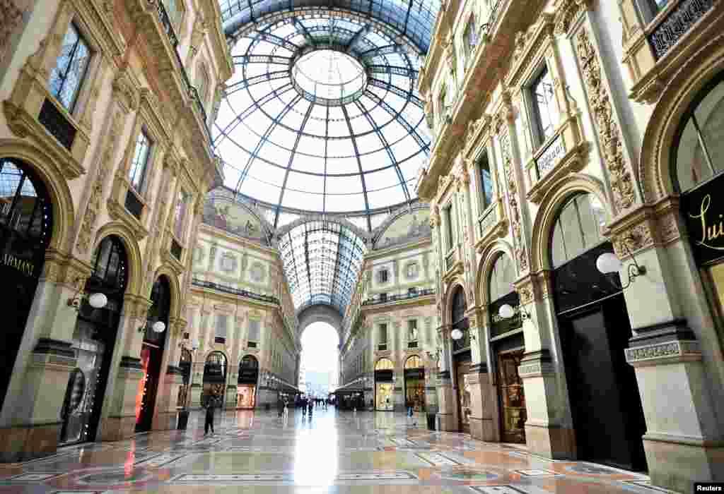 Në galerinëVittorio Emanuele II, shihen fare pak njerëz, pas masës së izolimit që ka filluar të zbatohet në Itali.