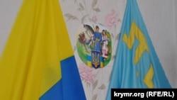Ukraina ve qırımtatar bayraqları. Arhiv fotosı