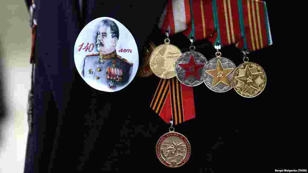 Наліпка із зображенням радянського диктатора Йосипа Сталіна на кітелі одного з учасників святкування «Дня захисника Вітчизни»