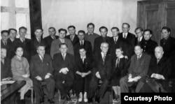 Вольга Іпатава (сядзіць трэцяя справа) у атачэньні клясыкаў (1959 год)