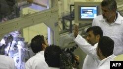 Иранскиот претседател Махмуд ахмадинеџад при посета на нуклеарна централа