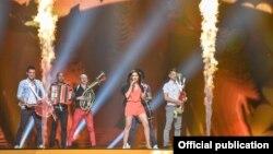 Eurovision 2012-ге Румыниядан келген Mandinga тобы сахнада. Баку, 13 мамыр 2012 жыл.