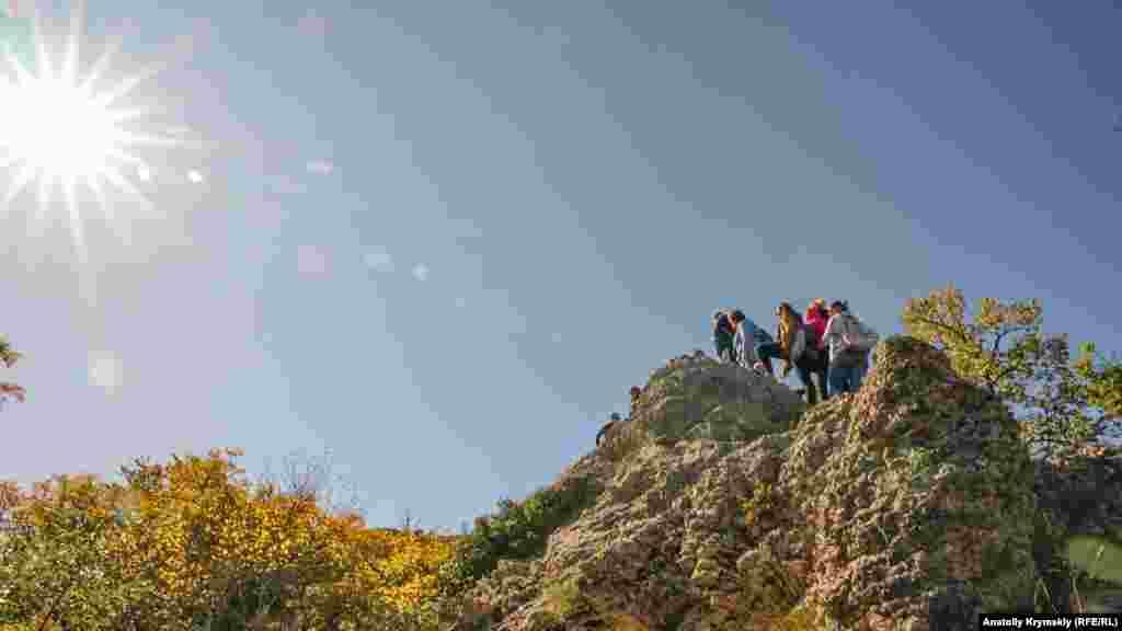 Туристи на центральному камені «Храму сонця»