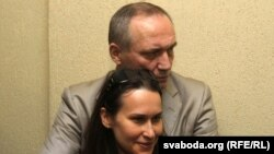 Vladimir Neklyaev həbsdən azad olunandan sonra həyat yoldaşı Volha Nyaklyaeva ilə birgə, Minsk