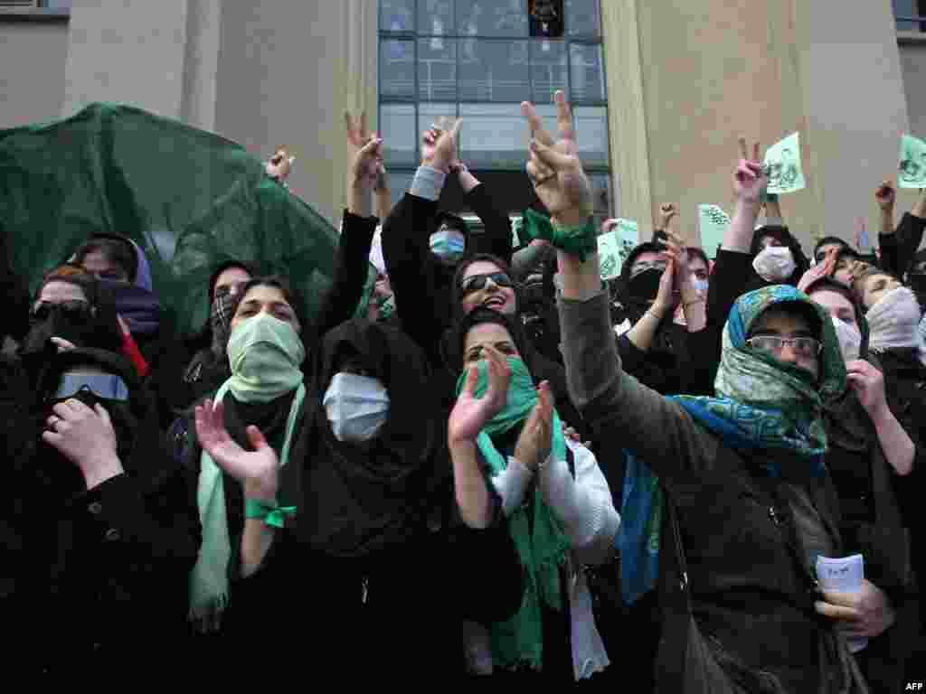 تجمع اعتراضی دانشجویان در دانشگاه تهران - گالری عکس و فیلم
