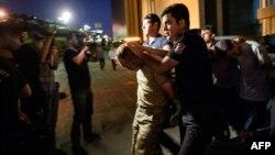 Թուրքիա - Ոստիկանությունը ձերբակալում է հեղաշրջման փորձի ենթադրյալ մասնակիցներին, Ստամբուլ, 16-ը հուլիսի, 2016թ.