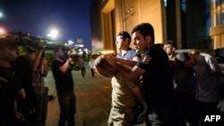 Турецкие полицейские ведут военного, подозреваемого в причастности к попытке переворота. Стамбул, 16 июля 2016 года.
