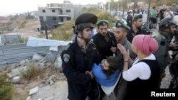 گروهی از شهرکنشینان با پلیس درگیر شدهاند. دادگاه عالی اسرائیل رای به برچیده شدن بخشی از خانههای غیرقانونی در این شهرک داده بود