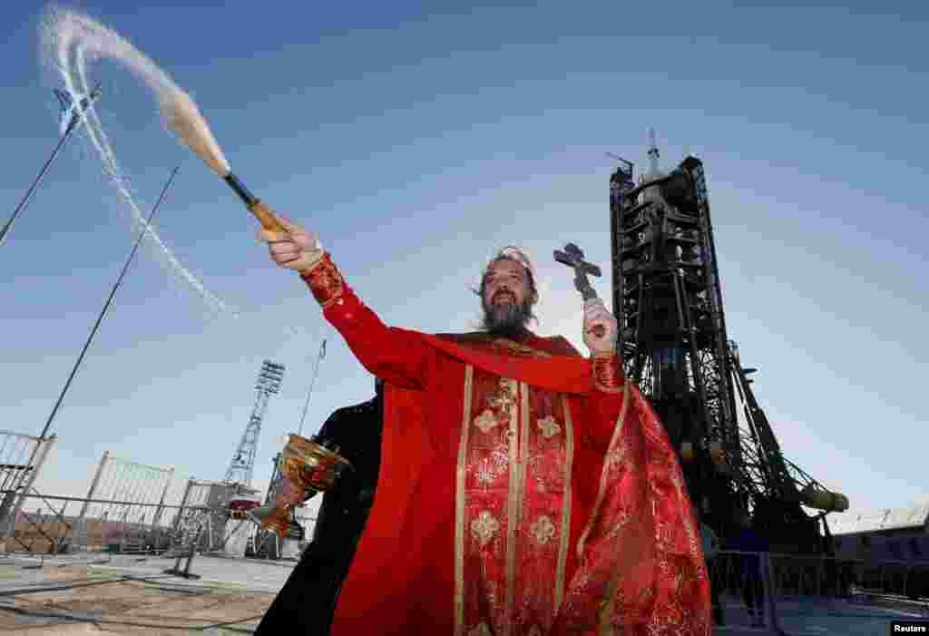 Праваслаўны святар асьвячае касмічны карабель Саюз МС-04 перад яго маючым адбыцца стартам на касмадроме Байканур у Казахстане.