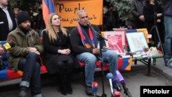 Րաֆֆի Հովհաննիսյանը ասուլիս է տալիս Ազատության հրապարակում, 13-ը մարտի, 2013թ.