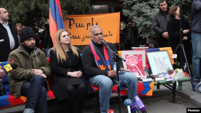 Armenia - Opposition Raffi Hovannisian (R) gives a press conference in Yerevan's  Liberty Square where he continues his hunger strike, 13Mar2013.