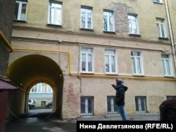 Григорий Лукашов показывает на отремонтированные помещения на первом этаже здания